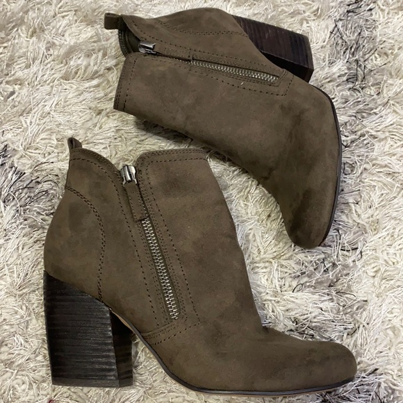 Crown vintage size 6.5 M olive green ankle boot